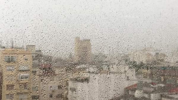 Lluvia en València a través de una ventana