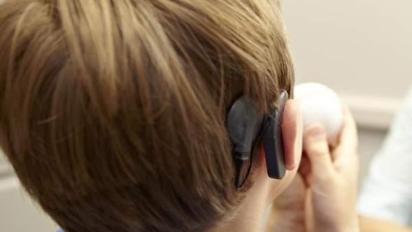 Niño con implante coclear