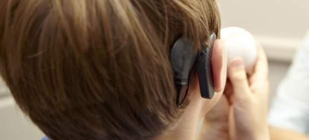 Un niño español de 8 años idea un implante auditivo interno que evita