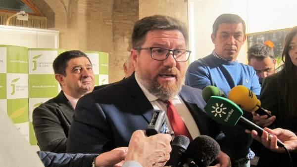 El consejero de Agricultura, Rodrigo Sánchez Haro, atiende a los periodistas.
