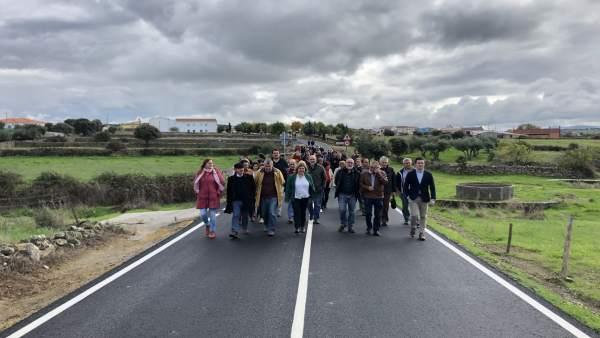 Cordero inaugura carretera de Plasenzuela