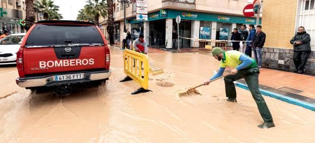 Termina la alerta roja por las lluvias que han dejado un muerto, un desaparecido y 136.000 alumnos ...