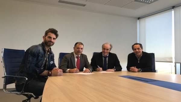 Firma acuerdo Arnuero-Uneatlántico