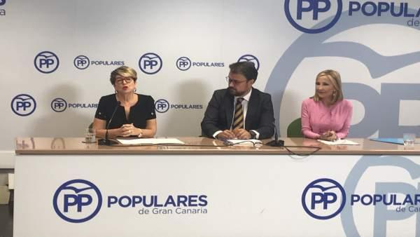 María Salud Gil junto a Asier Antona y María Australia Navarro