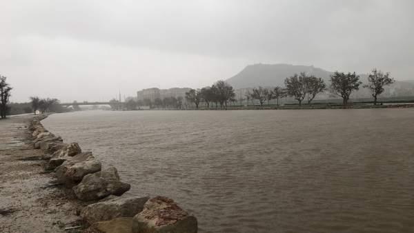 """El Xúquer es desborda """"parcialment"""" en la seua desembocadura a Cullera sense produir danys destacables"""