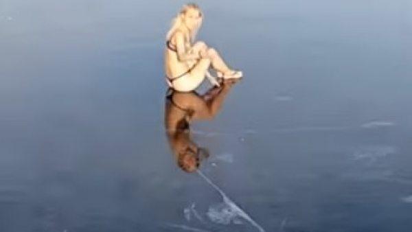 Mujer tirándose a un lago helado