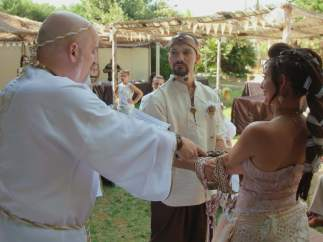 Alquilan un pueblo entero para casarse por todo lo alto, en 'Cuatro Weddings'