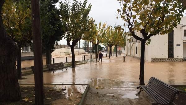 Calle anegada por las inundaciones en San Cayetano
