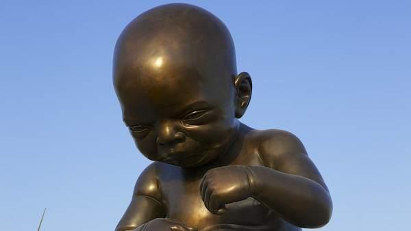 Imagen de la escultura de un bebé desnudo en Qatar