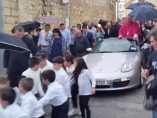 Un arzobispo llega en un Porsche descapotable