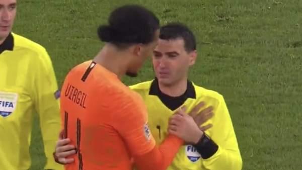 Van Dijk y el árbitro