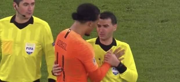 El emocionante detalle de Van Dijk con el árbitro del Alemania-Holanda