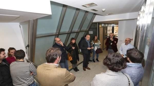 Visita al edificio de 'coliving' en la calle Mayor de Pamplona.