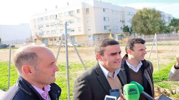 Pepe Ortiz y Juancho Ortiz en el solar del albergue juvenil en Cádiz