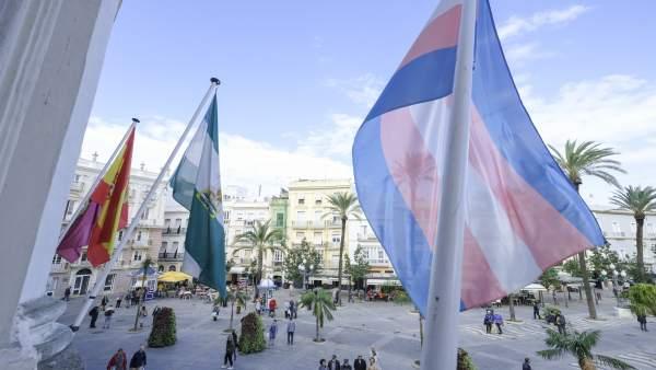 Bandera trans en el Ayuntamiento de Cádiz
