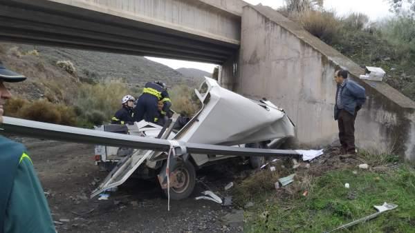 Bomberos rescatan a una agente de Medio Ambiente herida en un accidente