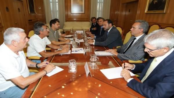 El ministro de Fomento, José Luis Ábalos, se reúne con las víctimas del Alvia