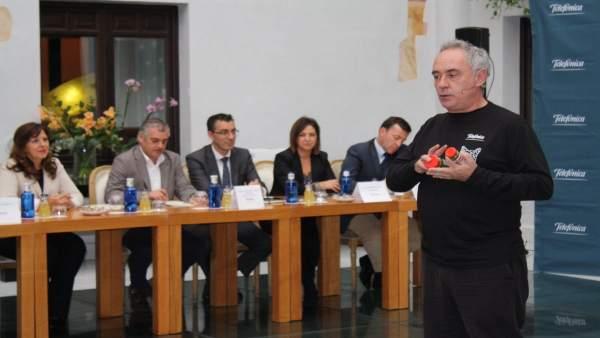Adriá en el encuentro con empresarios, con Carnero y Ambrosio al fondo