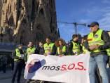 Mossos reparten folletos ante la Sagrada Familia por falta de agentes.