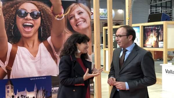 Ana Rednondo conversa con Víctor Alonso en el expositor de Valladolid en Intur