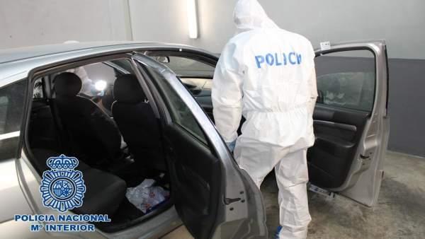 Policía Nacional analiza un coche