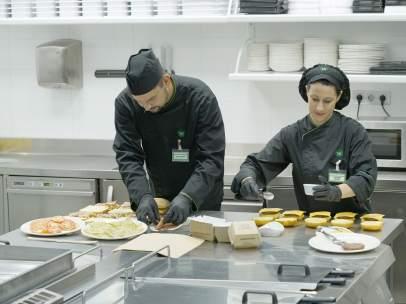 Empleados de la sección 'Listo para comer' de Mercadona preparan hamburguesas.