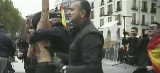 Un vídeo muestra que el presidente de Falange tocó el pecho de una integrante de Femen en la ...