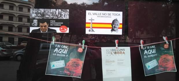 Cuelgan carteles fascistas y contrarios a la exhumación de Franco en la sede de la Agrupación ...