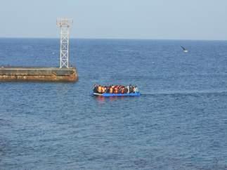 Inmigrantes llegan en patera a la isla de Alborán