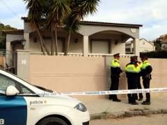 La casa unifamiliar en la que ha aparecido el cadáver de una mujer con signos de violencia en una urbanización de El Vendrell, Tarragona. La vivienda está precintada y custodiada por una patrulla de los Mossos d'Esquadra.