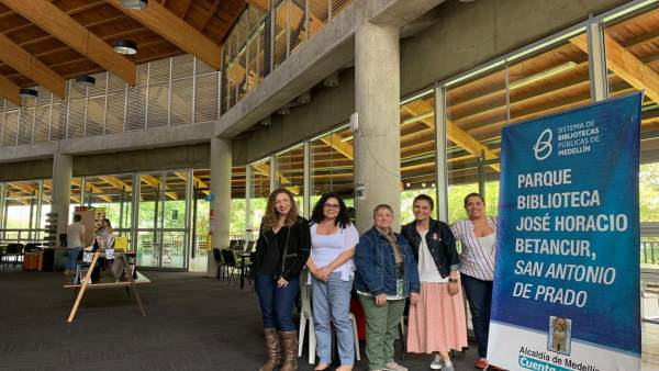 Asun Maestro (centro) visita el servicio de bibliotecas de Medellín