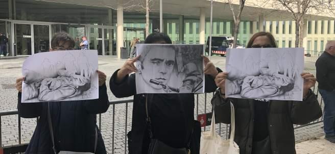 Manifestantes con foto de Roger Español ante la Ciutat de la Justícia.