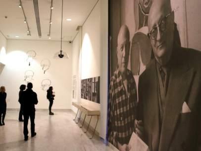Fotografía de Pablo Picasso y Jaume Sabartés en una sala del Museu Picasso de Barcelona.