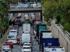 Una marcha lenta de transportistas causa retenciones en las rondas.