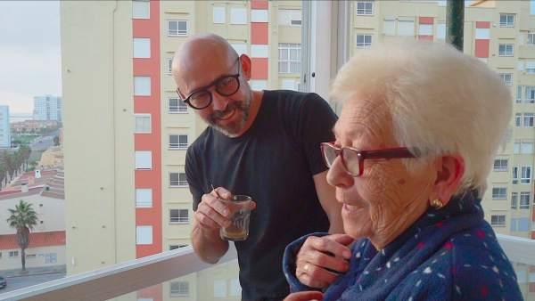David Peyró, protagonista de la campaña 'El tiempo a tu favor' de Cesida, junto a su madre.
