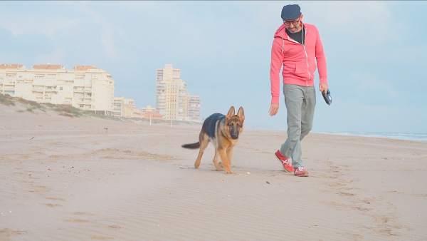 David Peyró, protagonista de la campaña 'El tiempo a tu favor' de Cesida, junto a su perro en la playa.