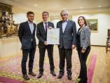 Víctor Iglesias recogiendo el sello de excelencia otorgado a la entidad
