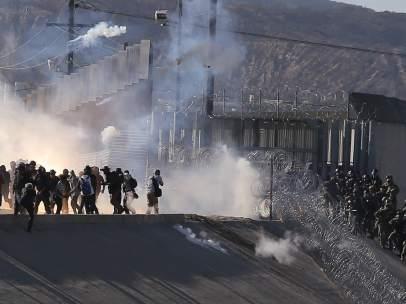 Centenares de migrantes tratan de cruzar la frontera en Tijuana