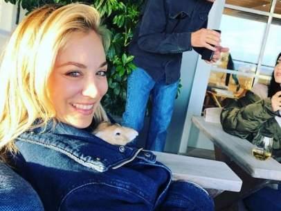 La actriz Kaley Cuoco con su conejo