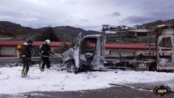 Incendio de un camión de comida en Pola de Lena