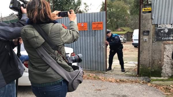 Las fuerzas de seguridad en la puerta de la pirotecnia de Baldráns.