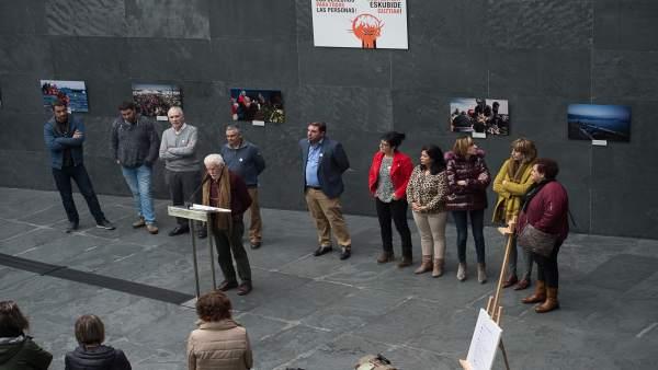 Inauguración de la exposición sobre las migraciones en el Parlamento foral