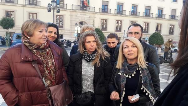 Familia de Sara Correa antes de entrar a la vista en el TSJA