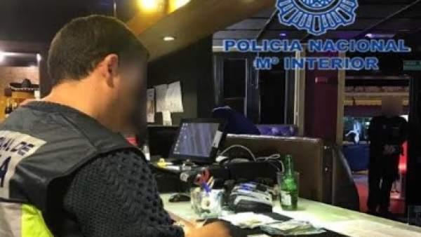 Desmantellen una organització que va estafar 53.000 euros a clients d'un club de cites a Benidorm