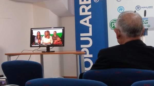 Gabriel Amat (PP) observa un vídeo de Susana Díaz en Roquetas