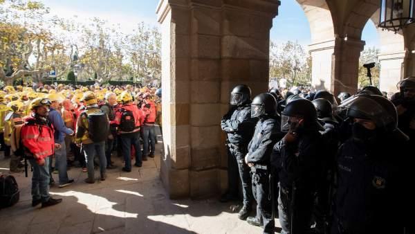 Los Mossos cargan contra bomberos que llevaban un carro con trompetas y un muñeco en el Parlament