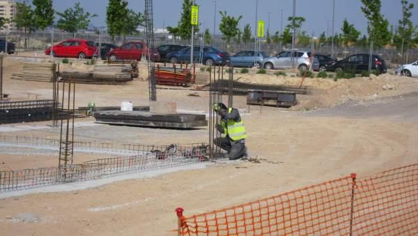 Un Obrero Trabaja En Una Construcción En Zaragoza
