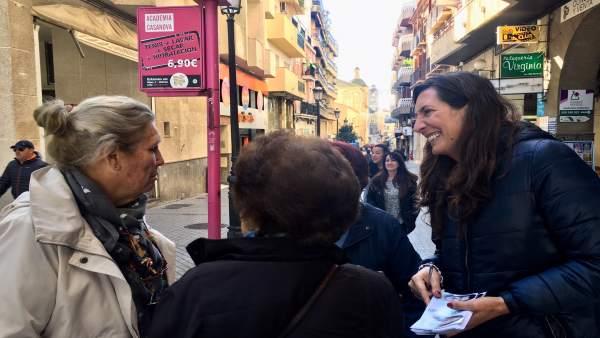 Loles López, en un reparto electoral.