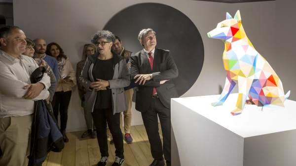 Fernández Mañanes y Marta Sainz de la Maza junto a la escultura de OKUDA