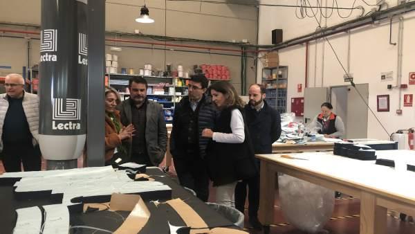 Mario Jiménez visita una empresa en Ayamonte.